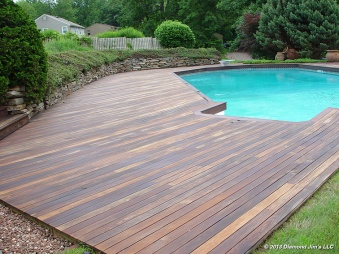 These ipé decking around the pool is done in a dark brown/dark red mix. A yearly maintenance needs to be done on ipé decks to maintain this look because of the hardness of the wood.
